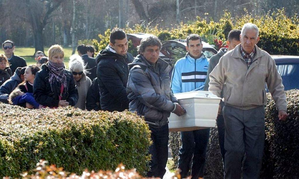 Nota 407 - Inhumaron los restos de los nenes ahogados en una pileta de Moreno.jpg